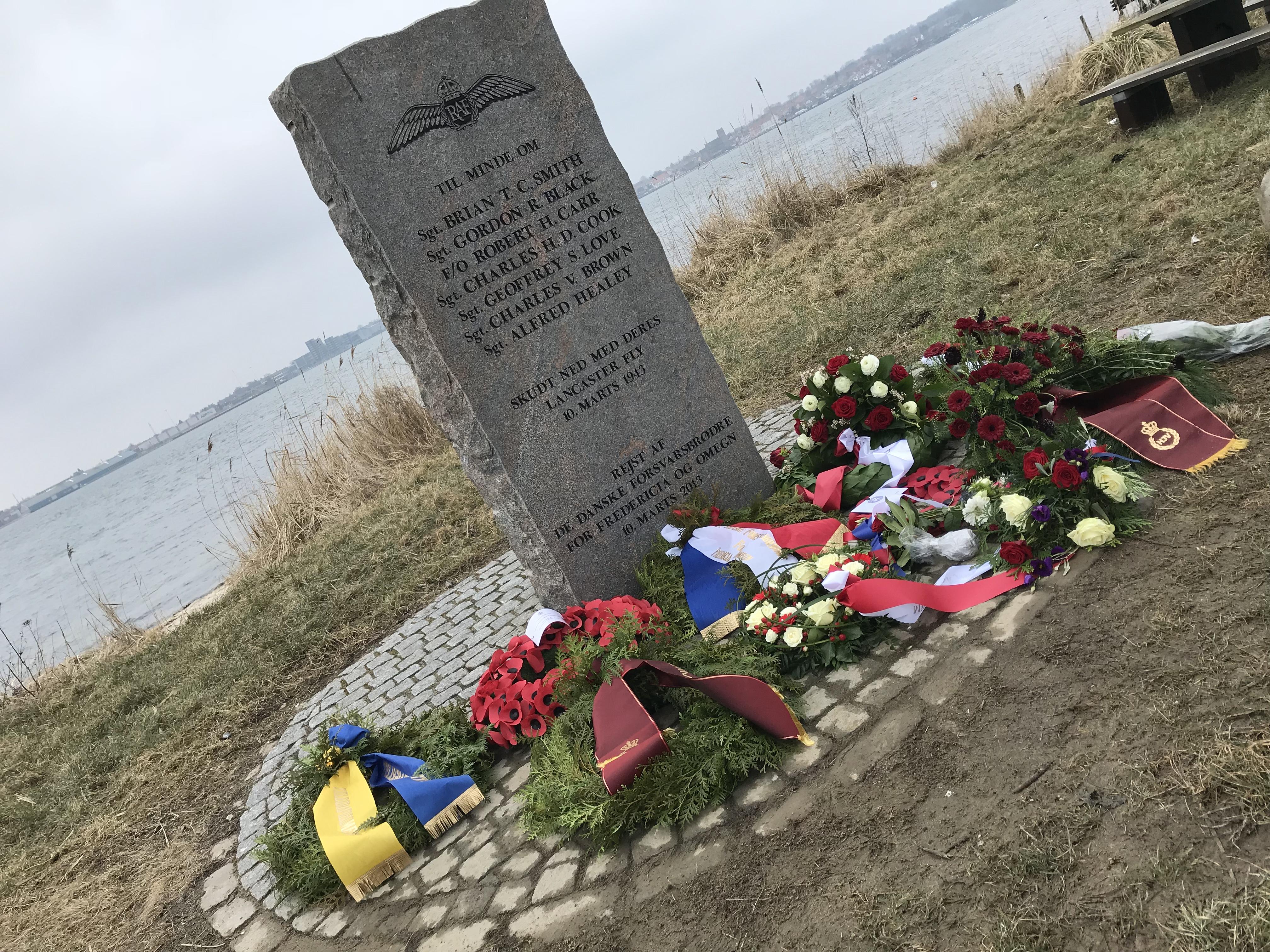 SE TV-INDSLAG: Besætning på Lancaster ED-305 mindet – Styrtede ned i Lillebælt tæt på den gamle Lillebæltsbro