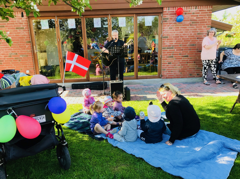 DAGPLEJEDAG I ERRITSØ – PONYRIDNING, FÆLLESSANG OG FLOT SOLSKINSVEJR
