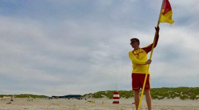 Livredder med flag i strandkanten