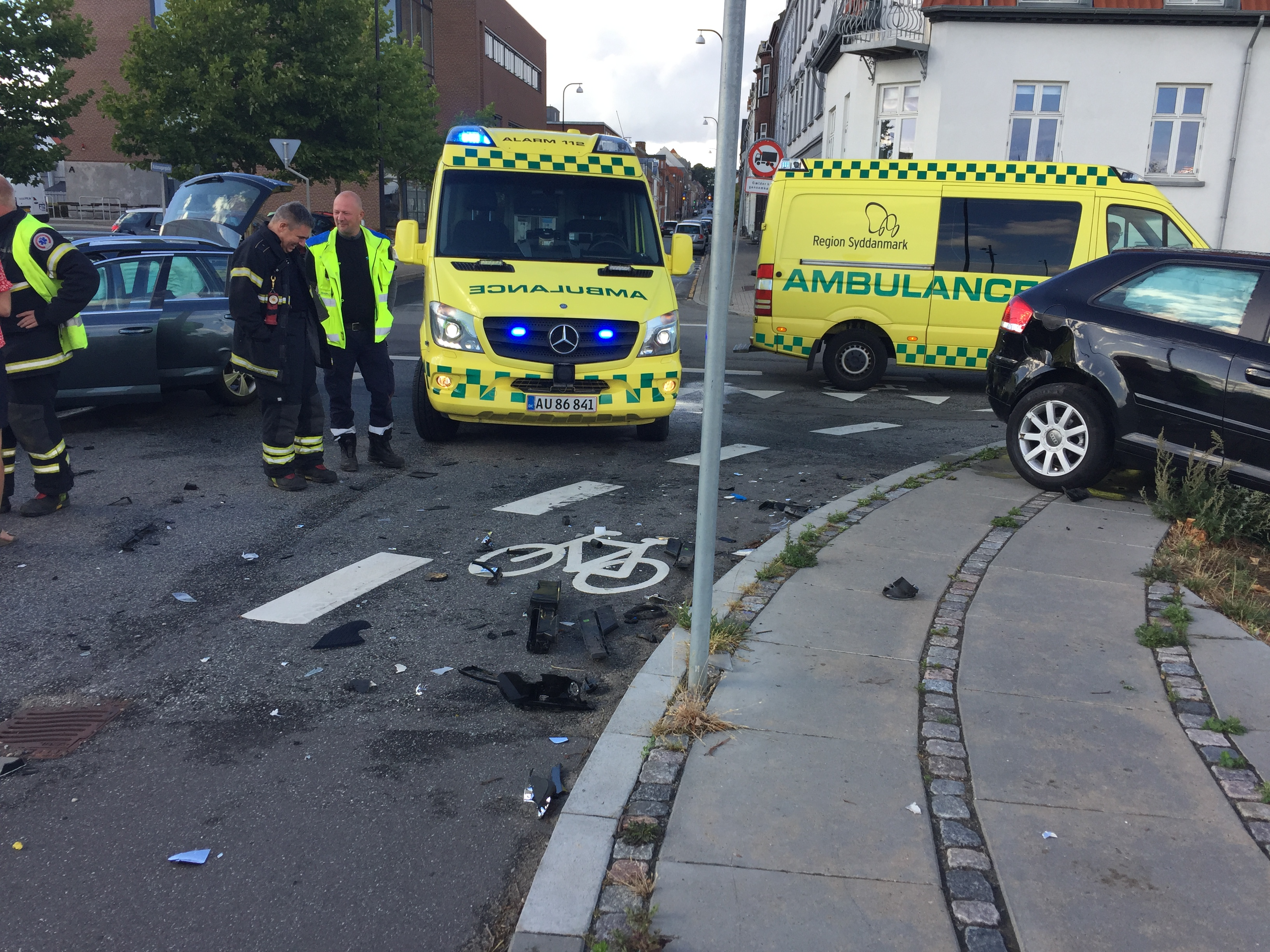 SE VIDEO : TRAFIKUHELD I FREDERICIA LØRDAG AFTEN – TO PERSONER MÅTTE TILSES I AMBULANCER
