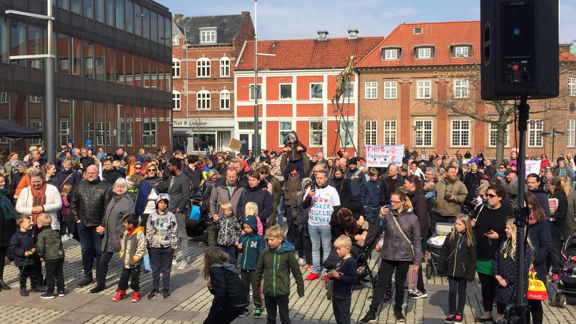 DEMONSTRATION FOR BEDRE VILKÅR I INSTITUTIONERNE