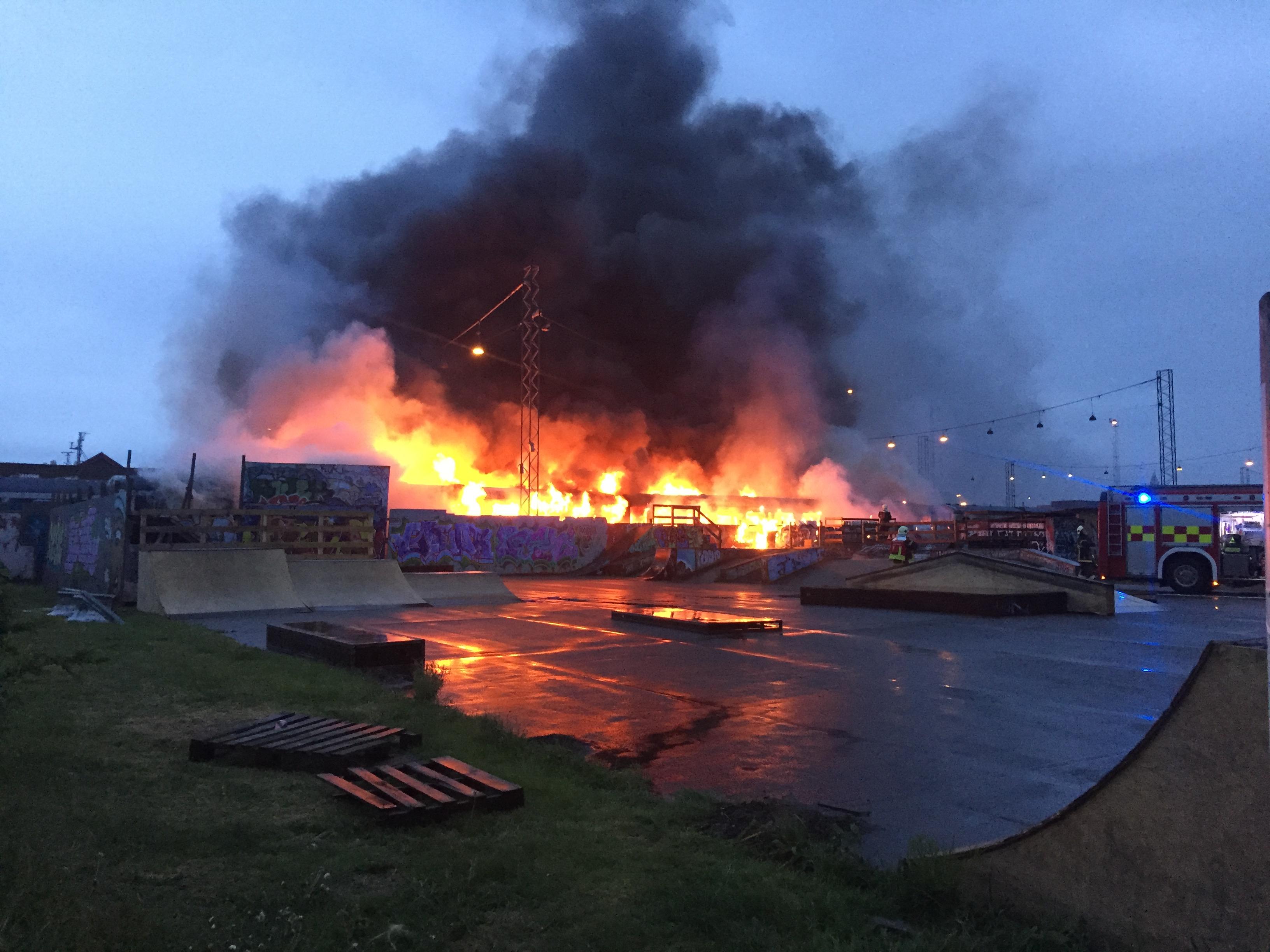 SE VIDEO : GAMLE TOG STÅR I FLAMMER I NORGESGADE