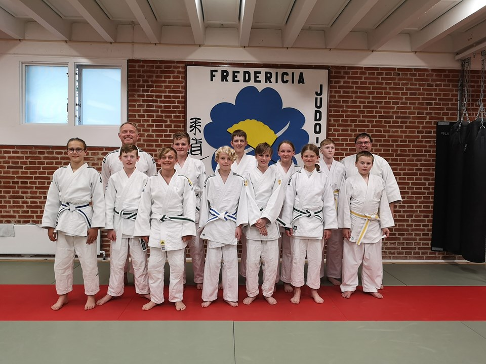 Masser af nye bælter til børn og unge fra Fredericia Judo og Jujutsu Klub