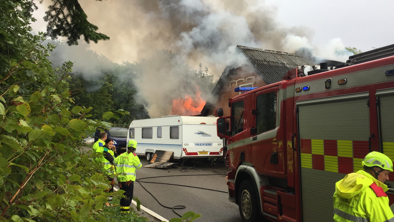 Villa i Pjedsted står i lys lue – Brandvæsnet kæmper mod flammer og eksplosioner