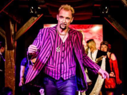 Bjarne Pedersen som Reno i Buslesque II, Alice in Wonderland