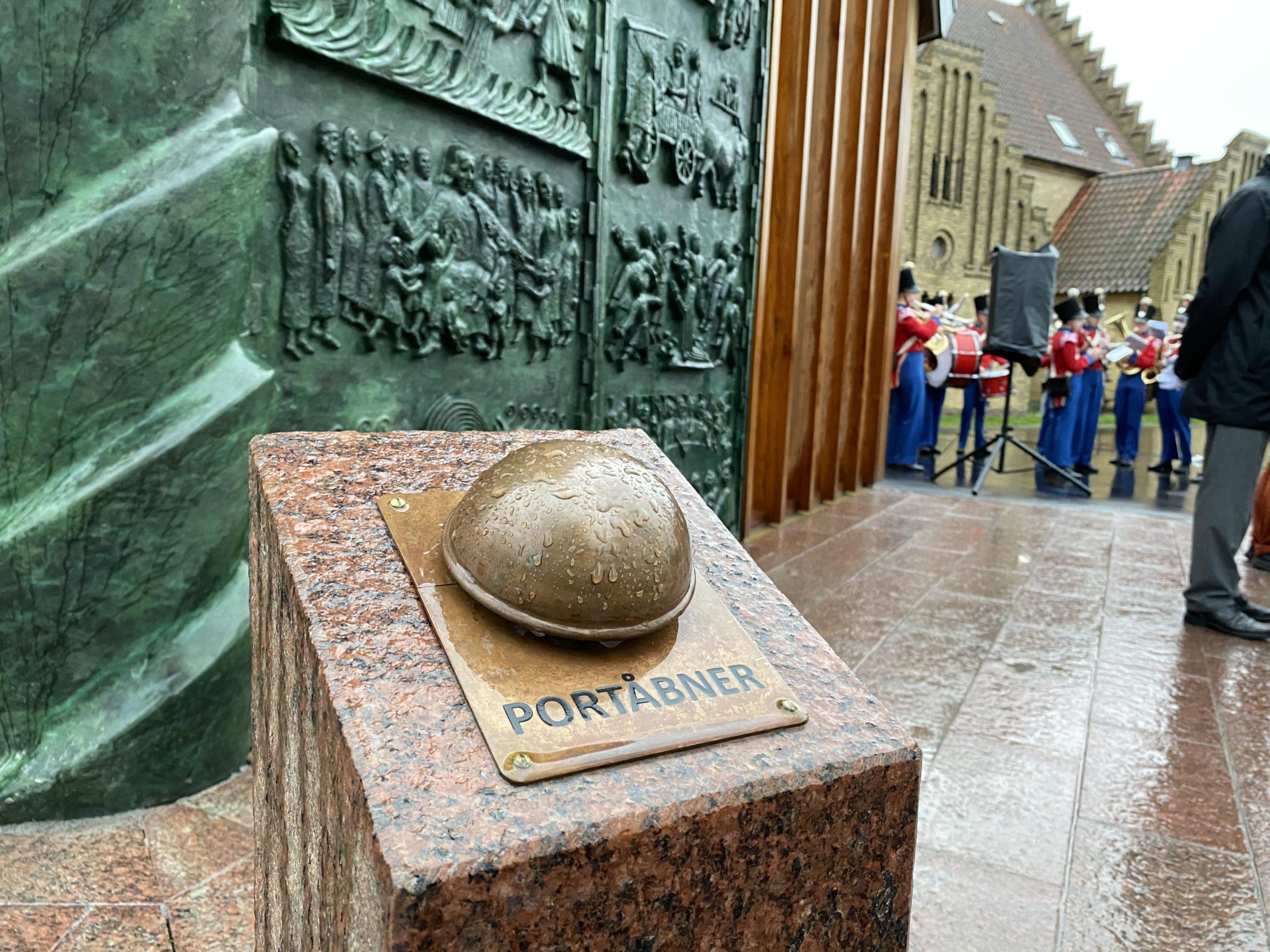 Christianskirken: Ny bronzeportal indviet med smil og stolthed