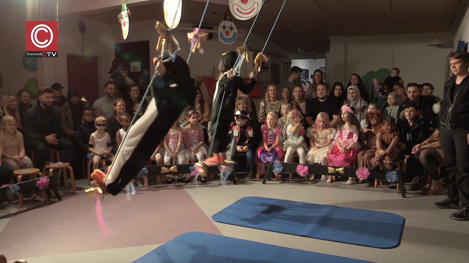 Se TV-indslag : Gyngende pingviner i Cirkus Kløverløkken