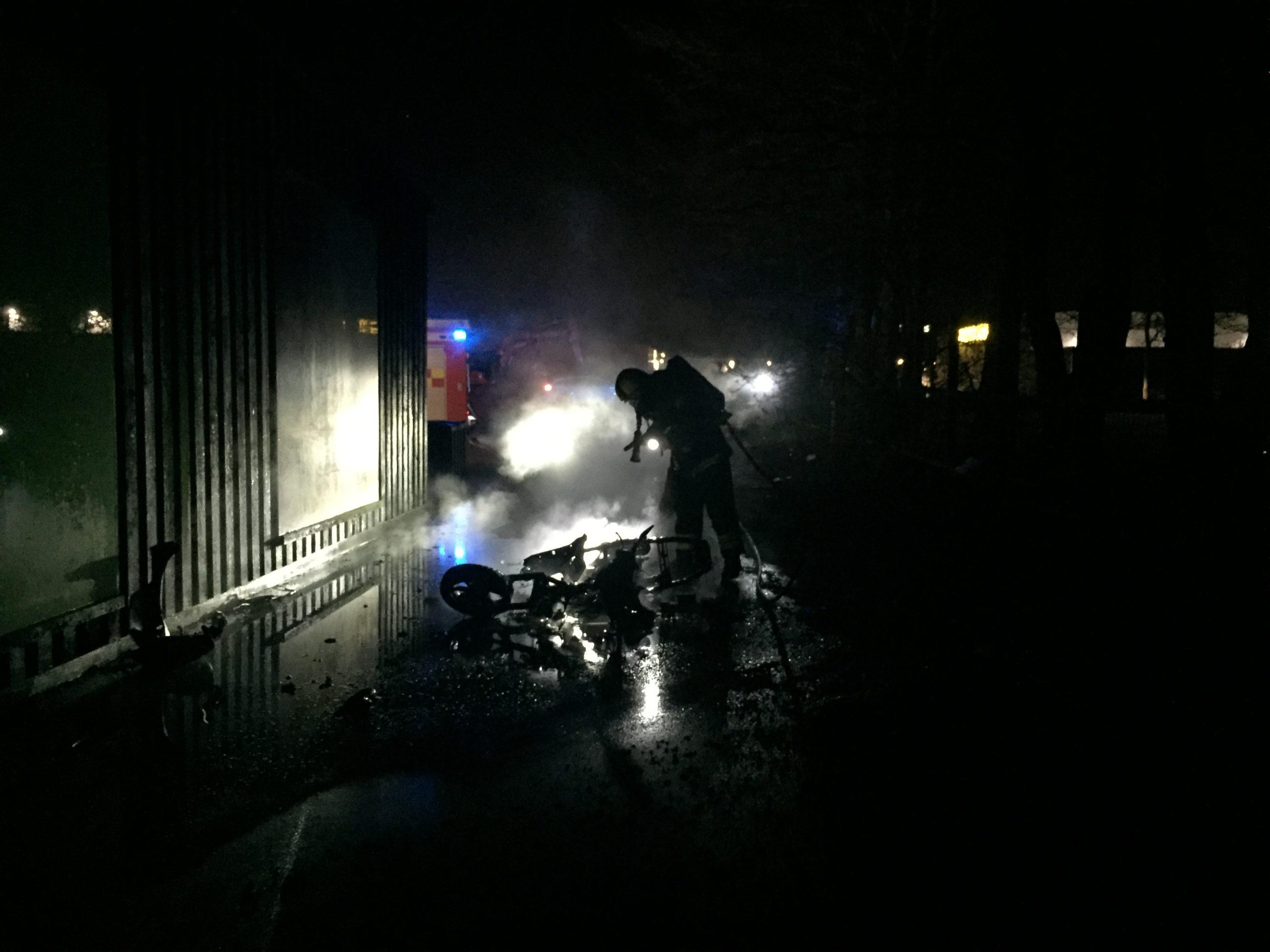 Knallert stukket i brand bagved Fakta på Vejlevej