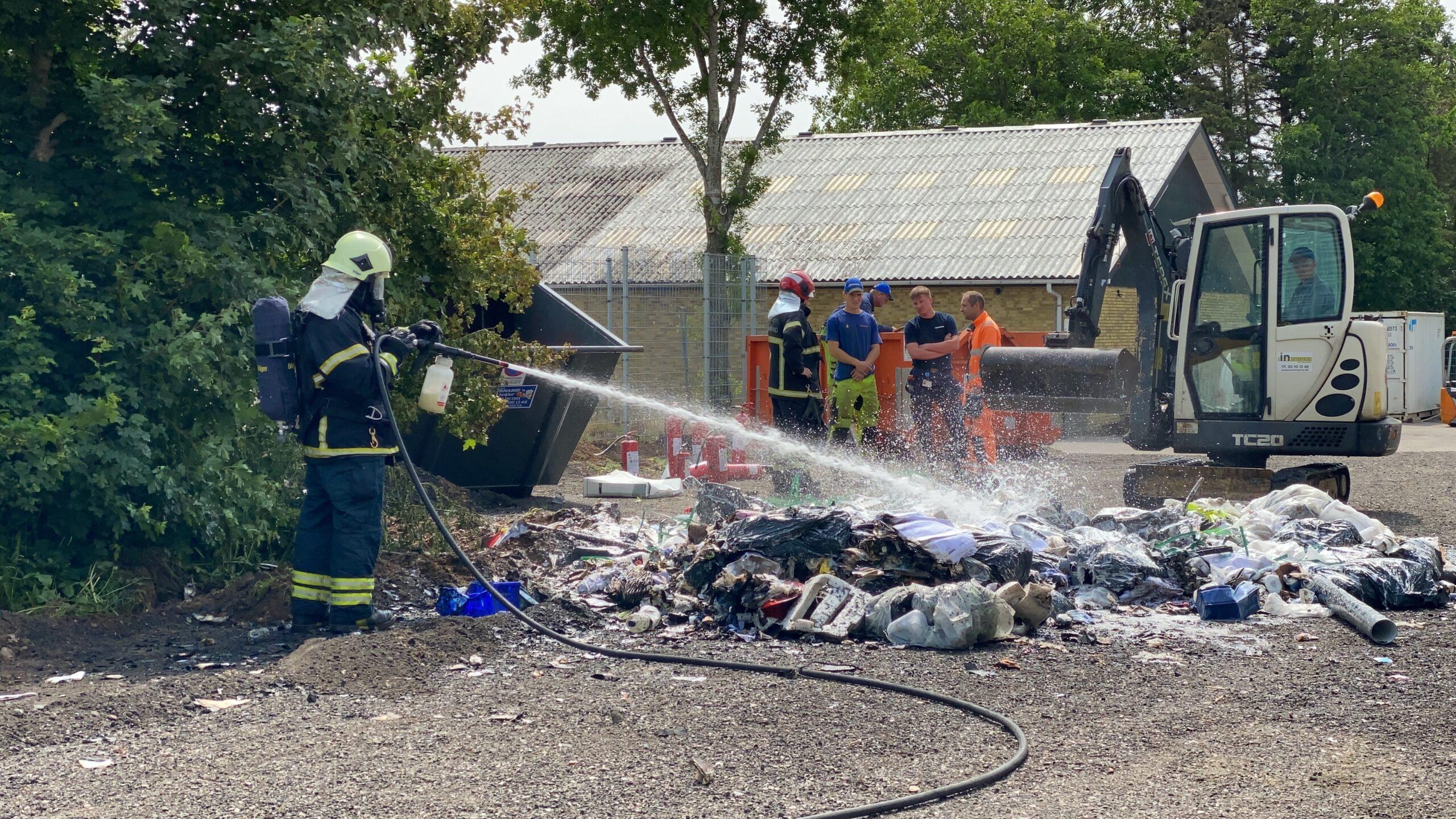Se tv-indslag: Affaldsoplag i brand på HC Ørstedsvej i Taulov
