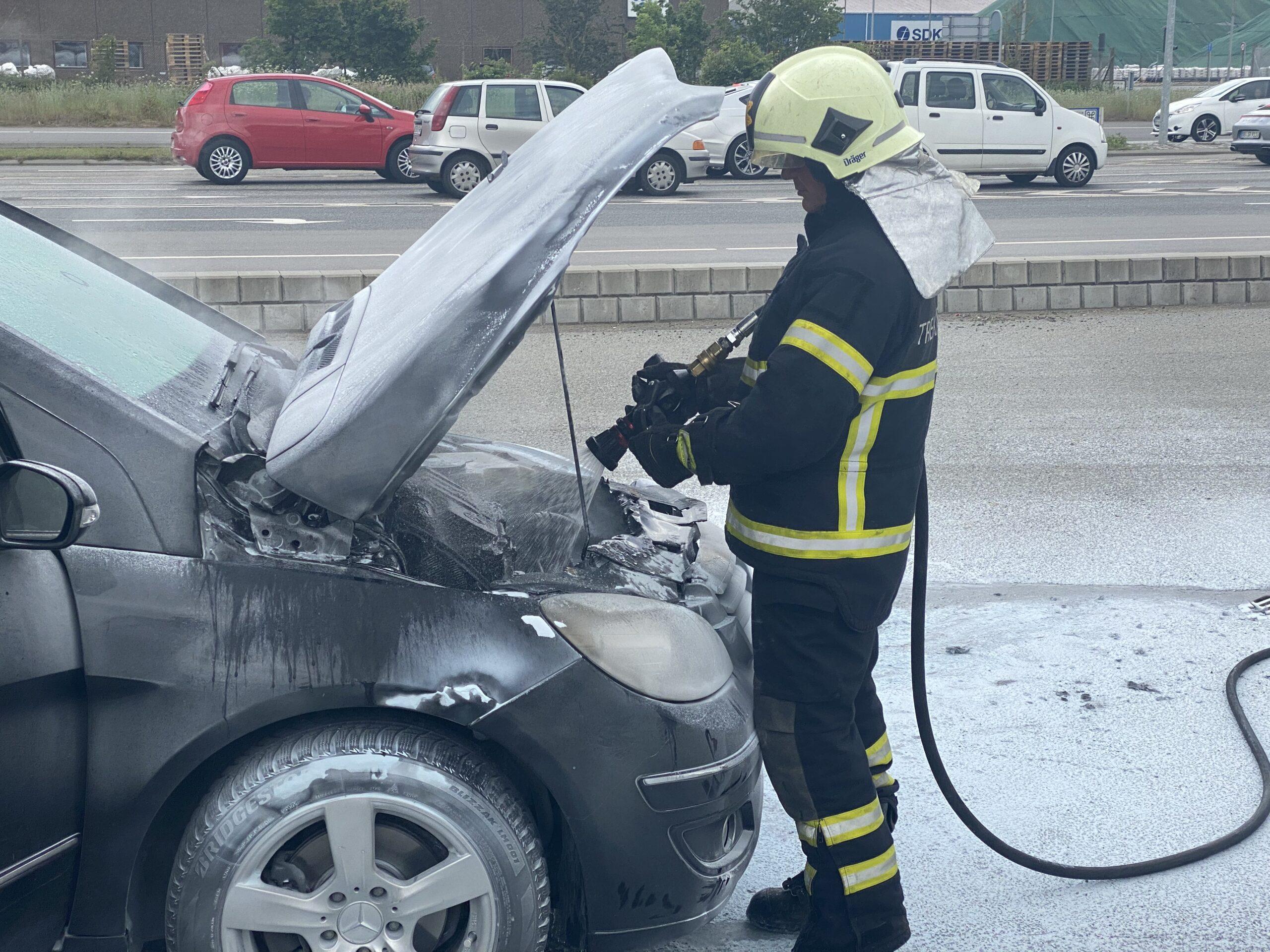 Se tv-indslag: Bilbrand ved tankstation på Strandvejen