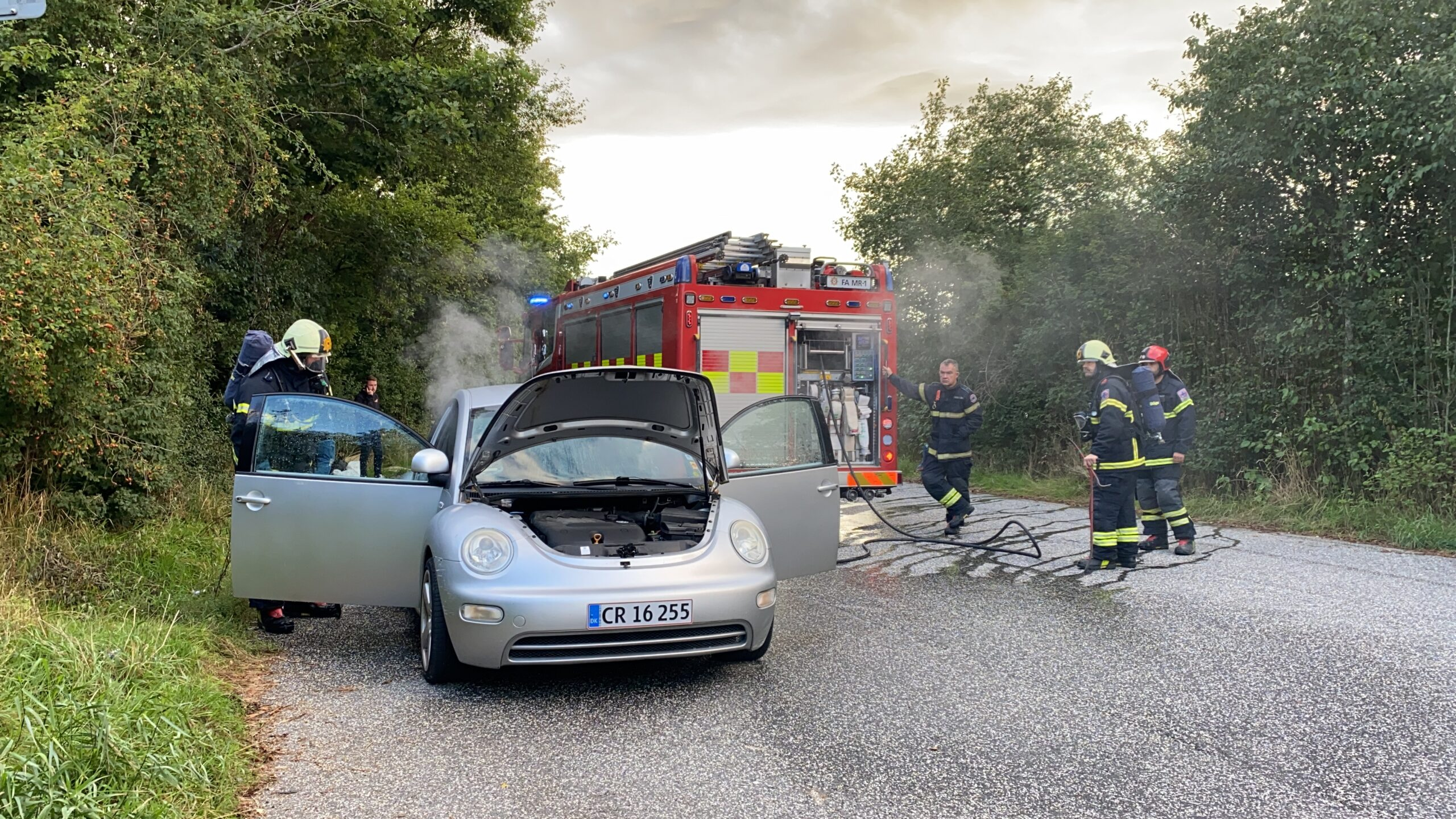 SE VIDEO: Bilbrand på rasteplads ved Egeskov
