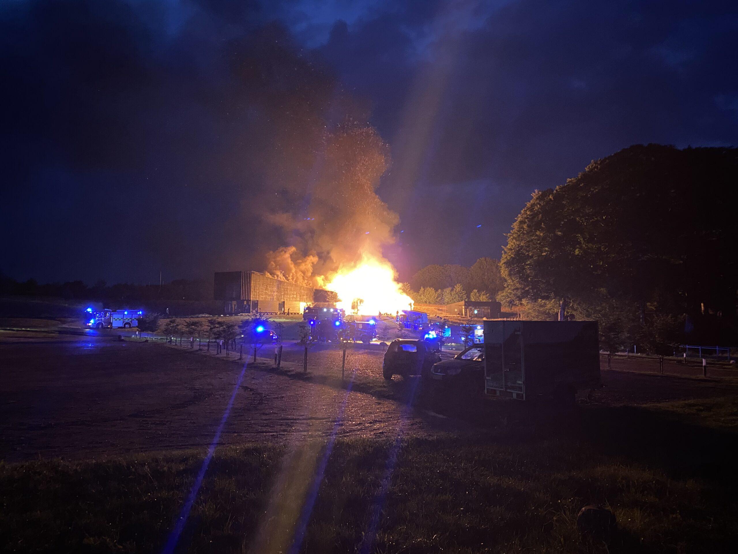 Se video: Brand ved Bridgewalking Lillebælt – Naturcenteret står i flammer