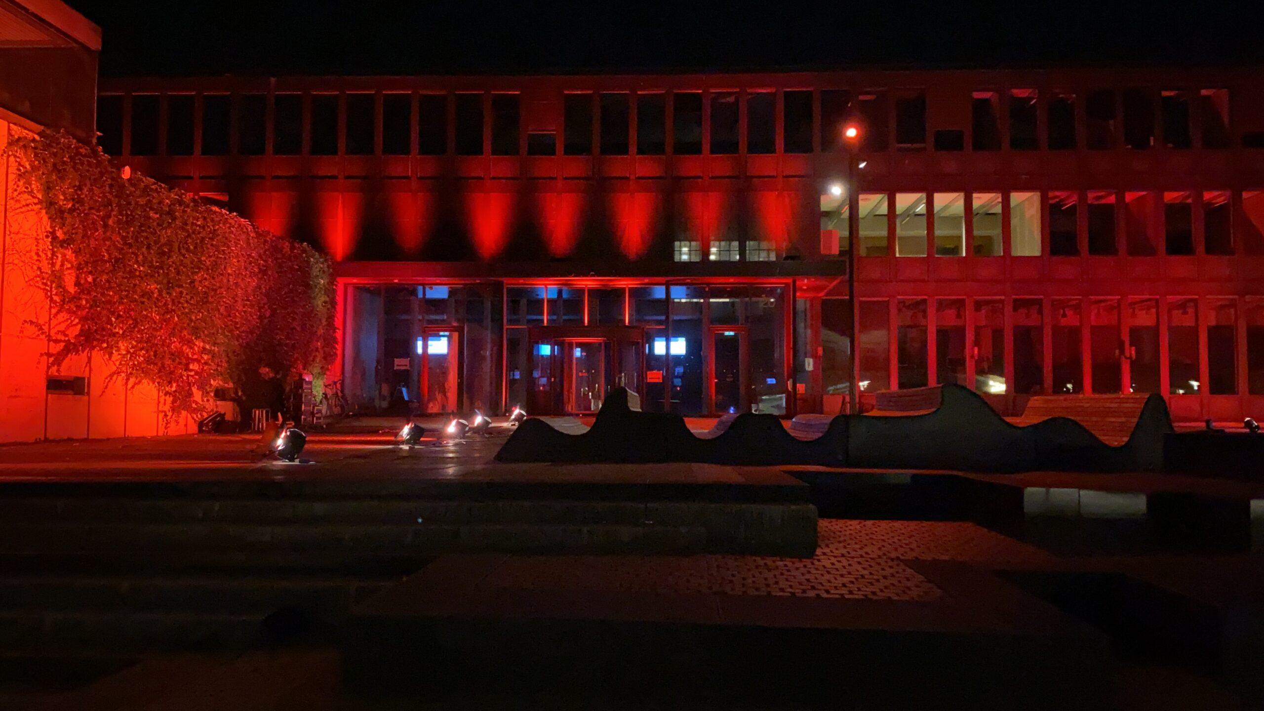 Rådhuset og Ungdommens hus lyste onsdag aften op i rødt