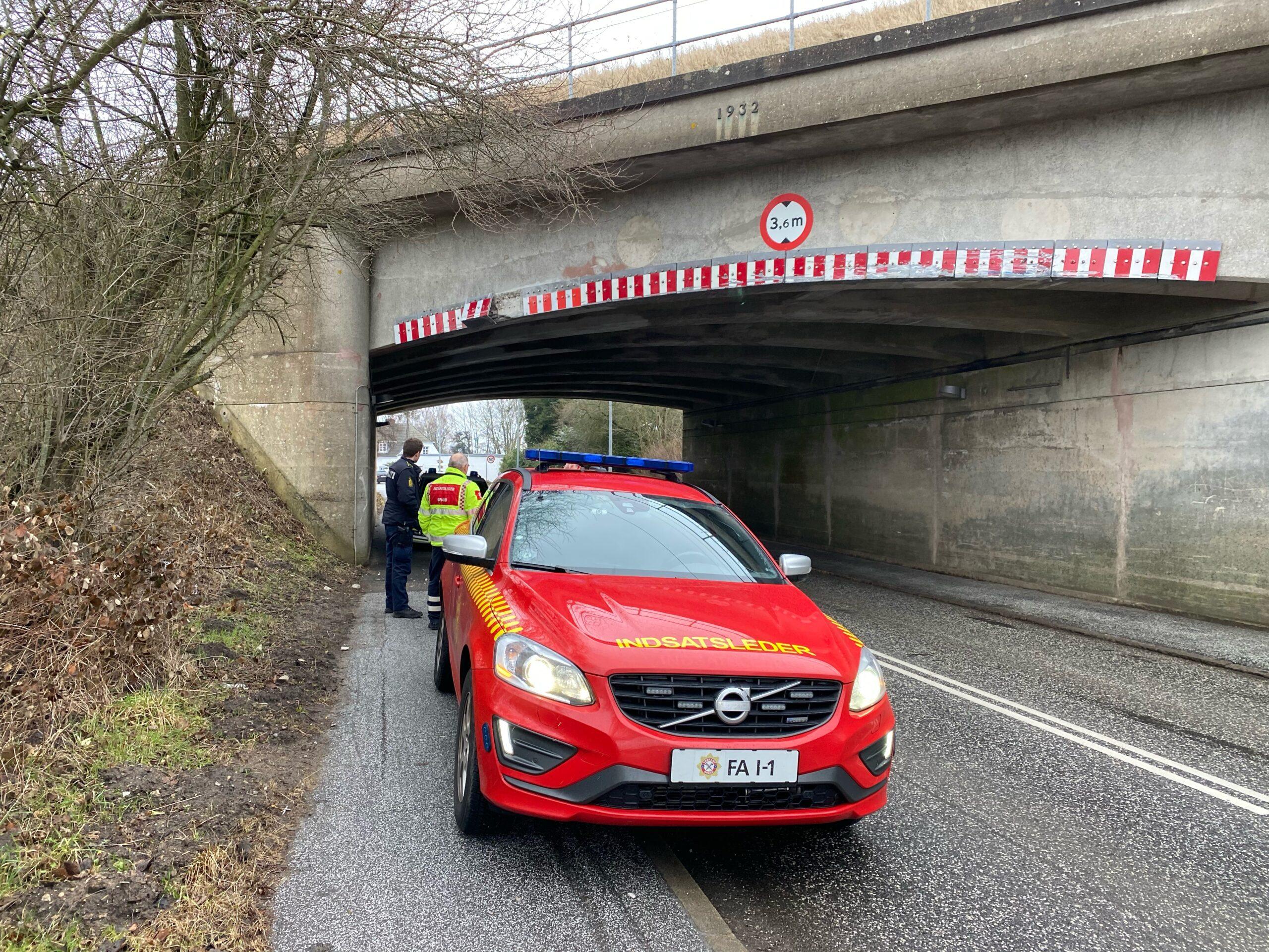 Lastbil påkørte togbro på Snoghøj Landevej