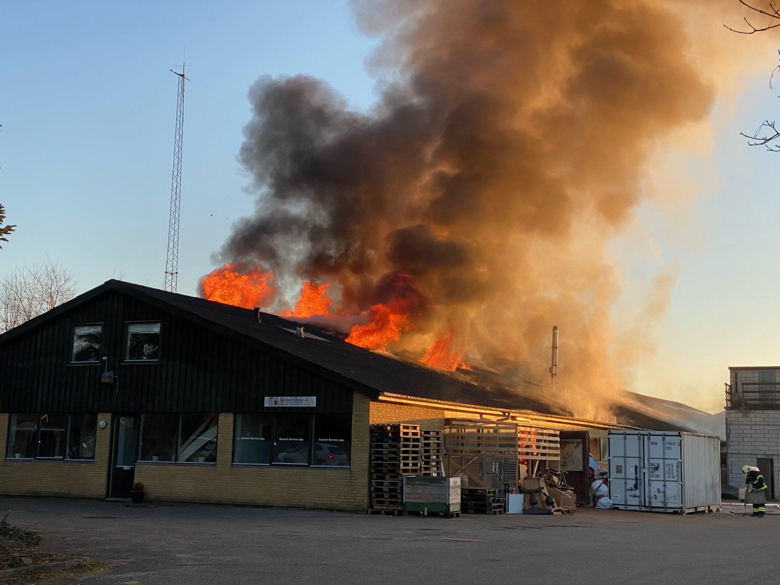 Brand i industribygning – Bygningen er overtændt